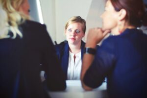 HR manager counsels employee and supervisor on labor laws on lateness.